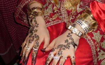 هكذا تنسقين الخواتم مع نقش الحناء في زفافك