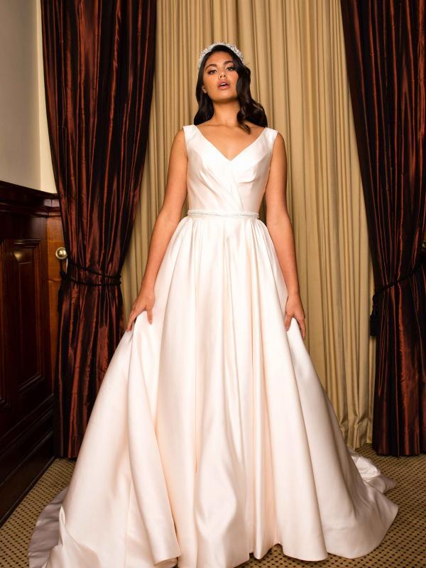 فساتين زفاف كلاسيكية : تصميم بانيكا
