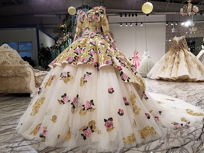 فستان زفاف مزين بالورود