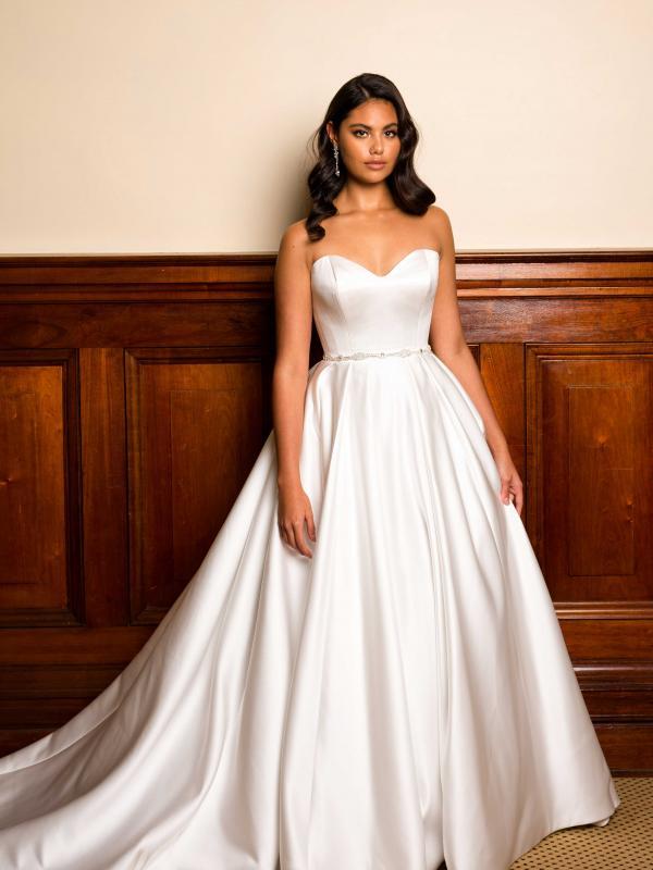 فساتين زفاف كلاسيكية : تصميم بيرس