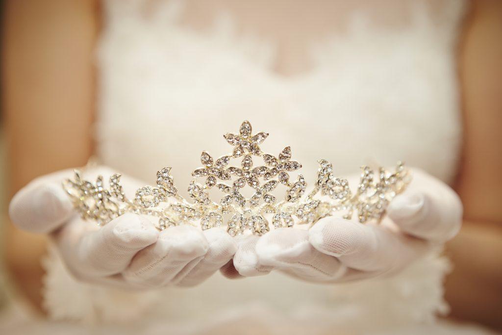 تاج عروس مناسب لـأكسسوارات بيضاء للعروس