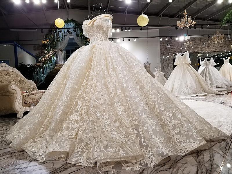 فستان زفاف بنقوش