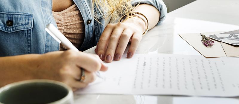 فتاة تكتب