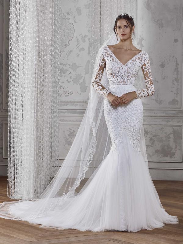 فستان زفاف بطرحة طويلة