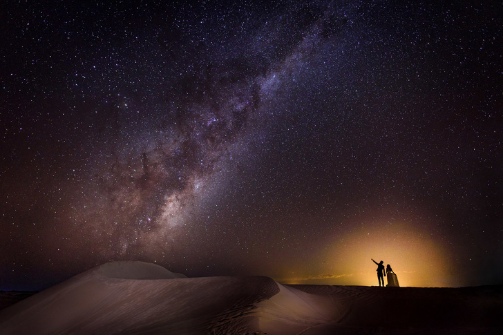 عريس وعروس على الأفق تحت النجوم