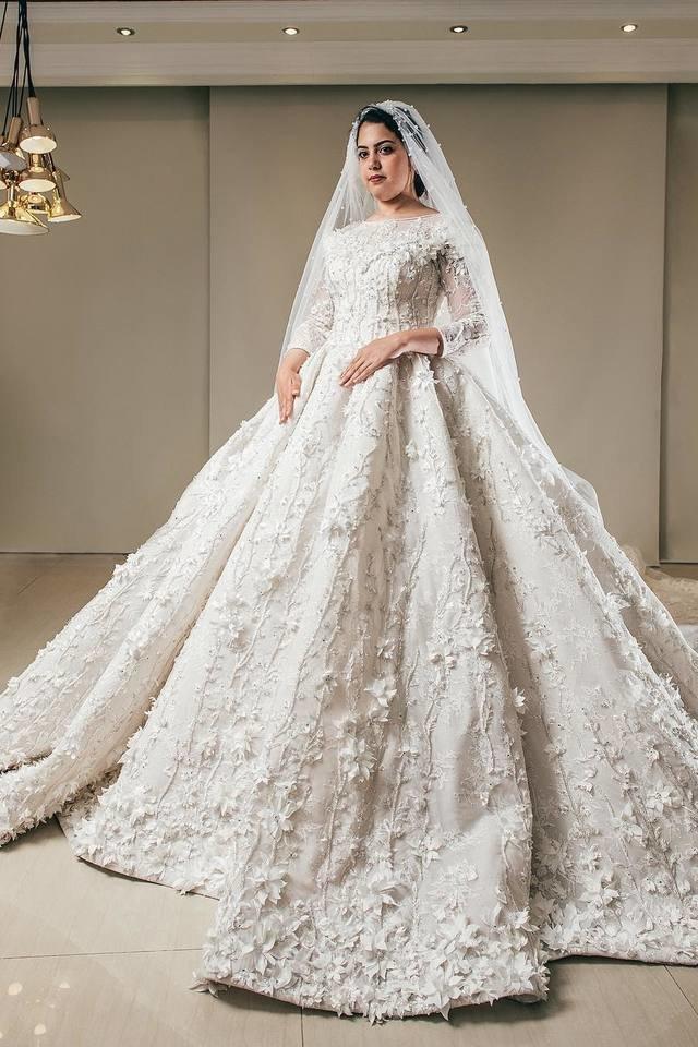 فستان زفاف مزين بالدانتيل