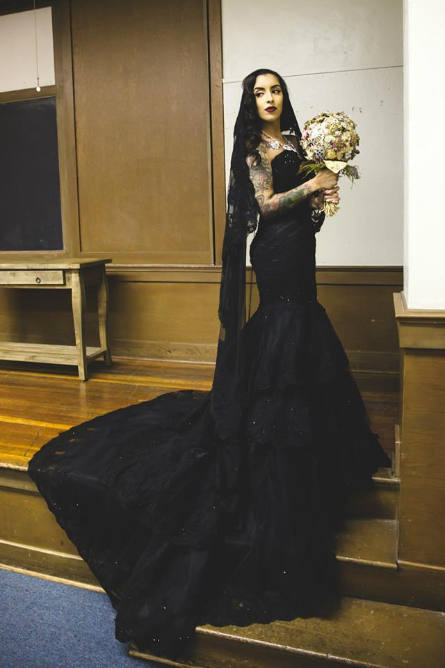 فستان أسود مع طرحة مناسبة