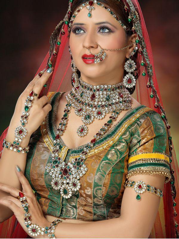 عروس تضع الكثير من مجوهرات العروس