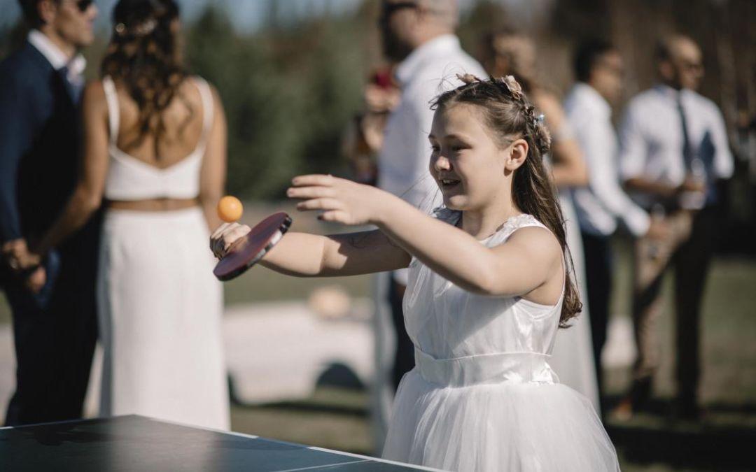 طفلة تلعب يوم الزفاف