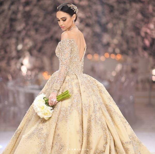 فستان مكشوف الكتفين