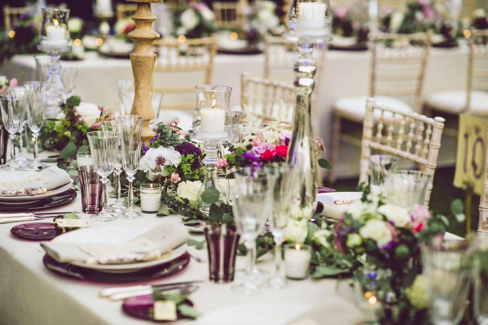 طاولة مزينة بالورود