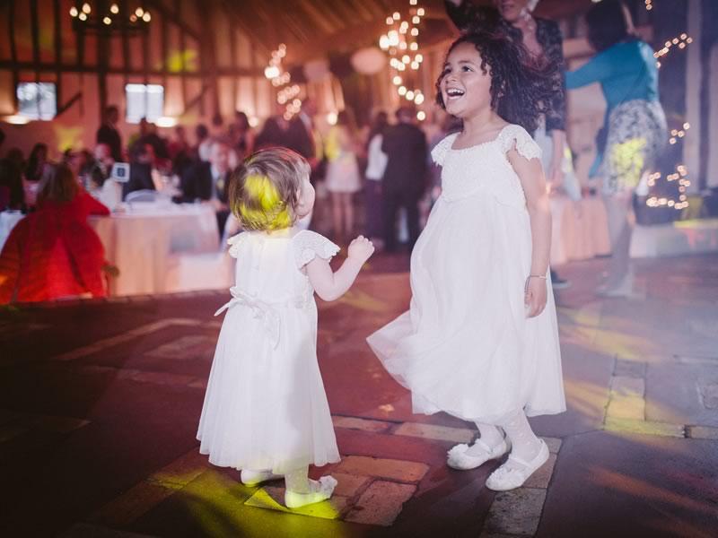 أطفال يلعبون يوم الزفاف