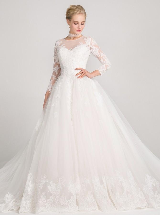 فستان زفاف بأكمام تحتوي على نقوش