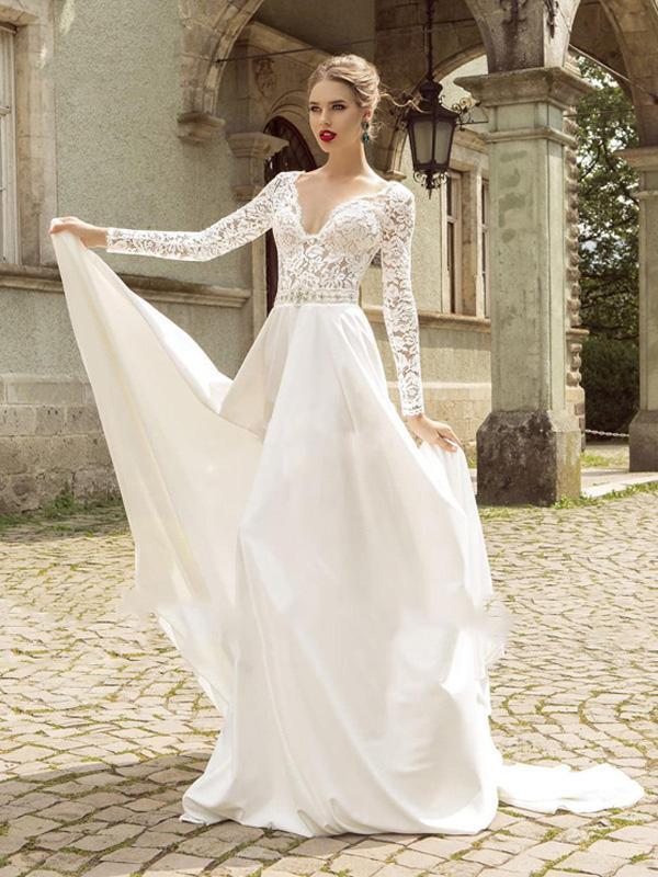 فستان زفاف بنقوش ممتدة إلى الأكمام