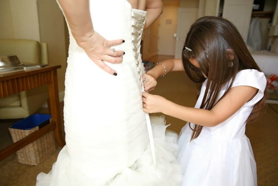 طفلة تساعد العروس