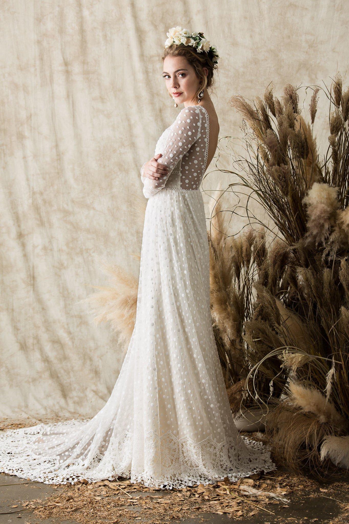 تصميم عصري لفستان زفاف طويل