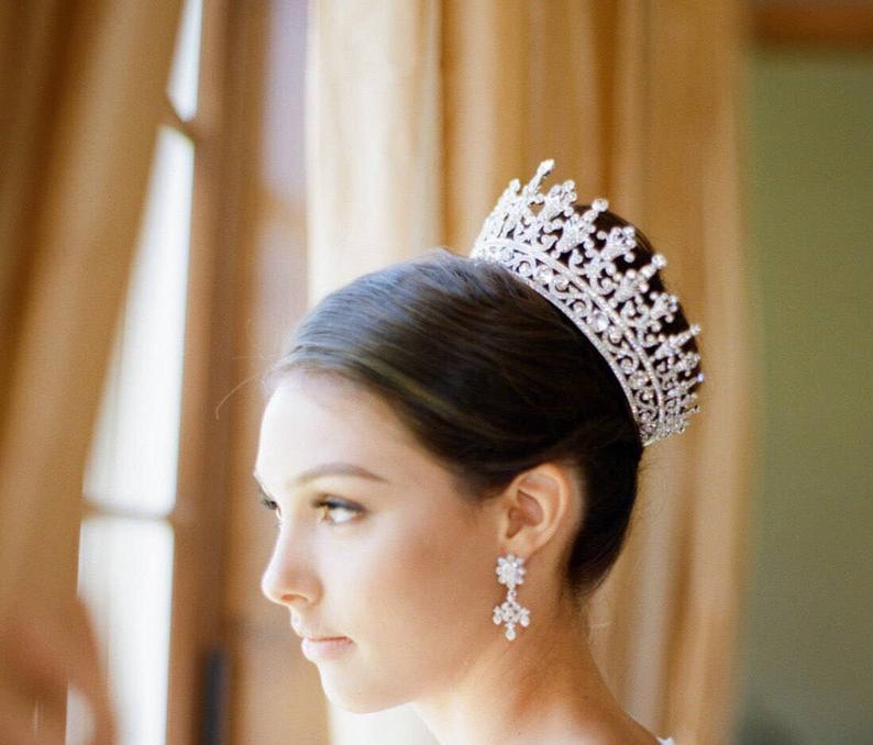 تسريحة شعر خاصة بتاج العروس