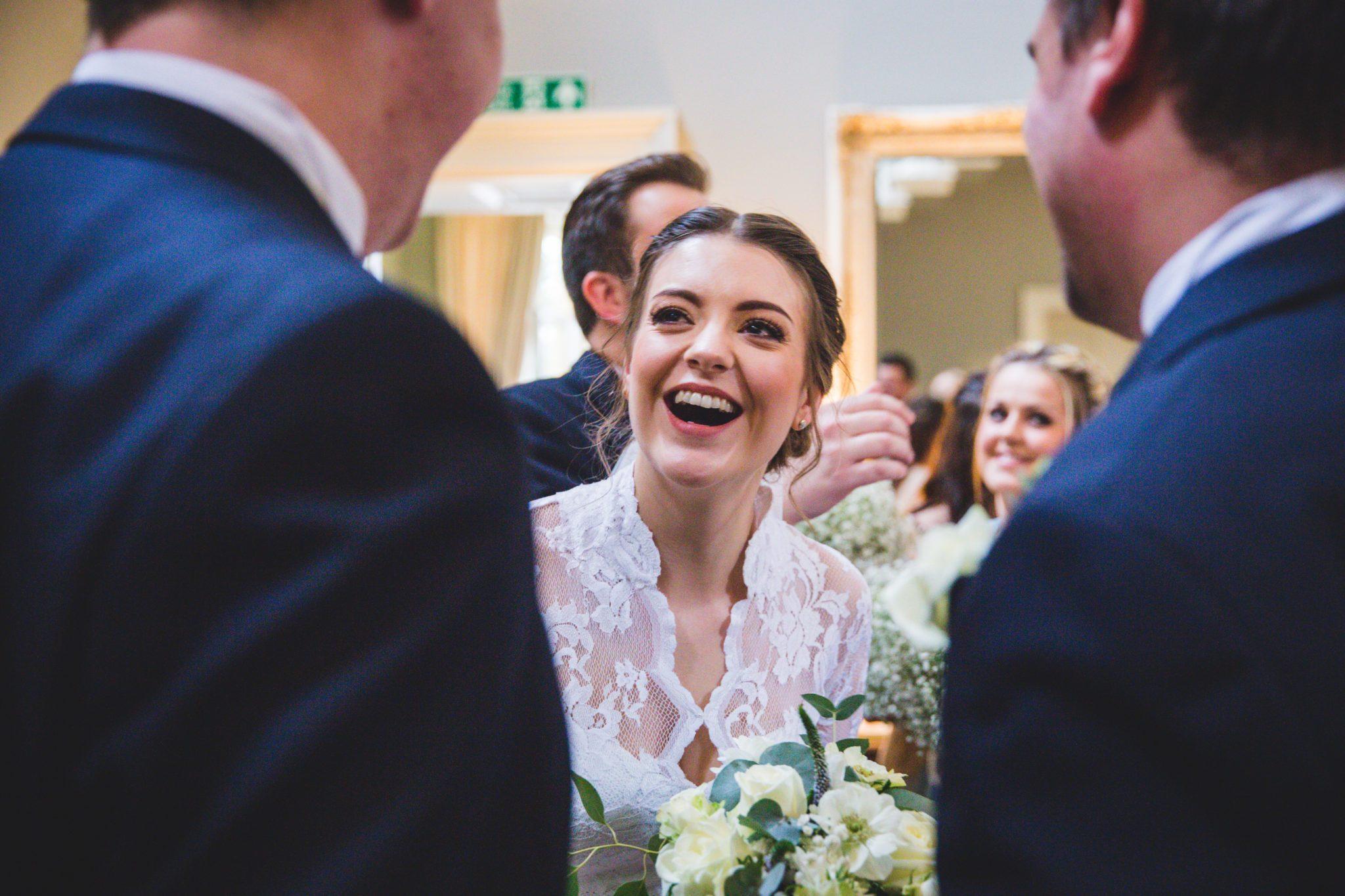عروس تضحك في حفل زفافها