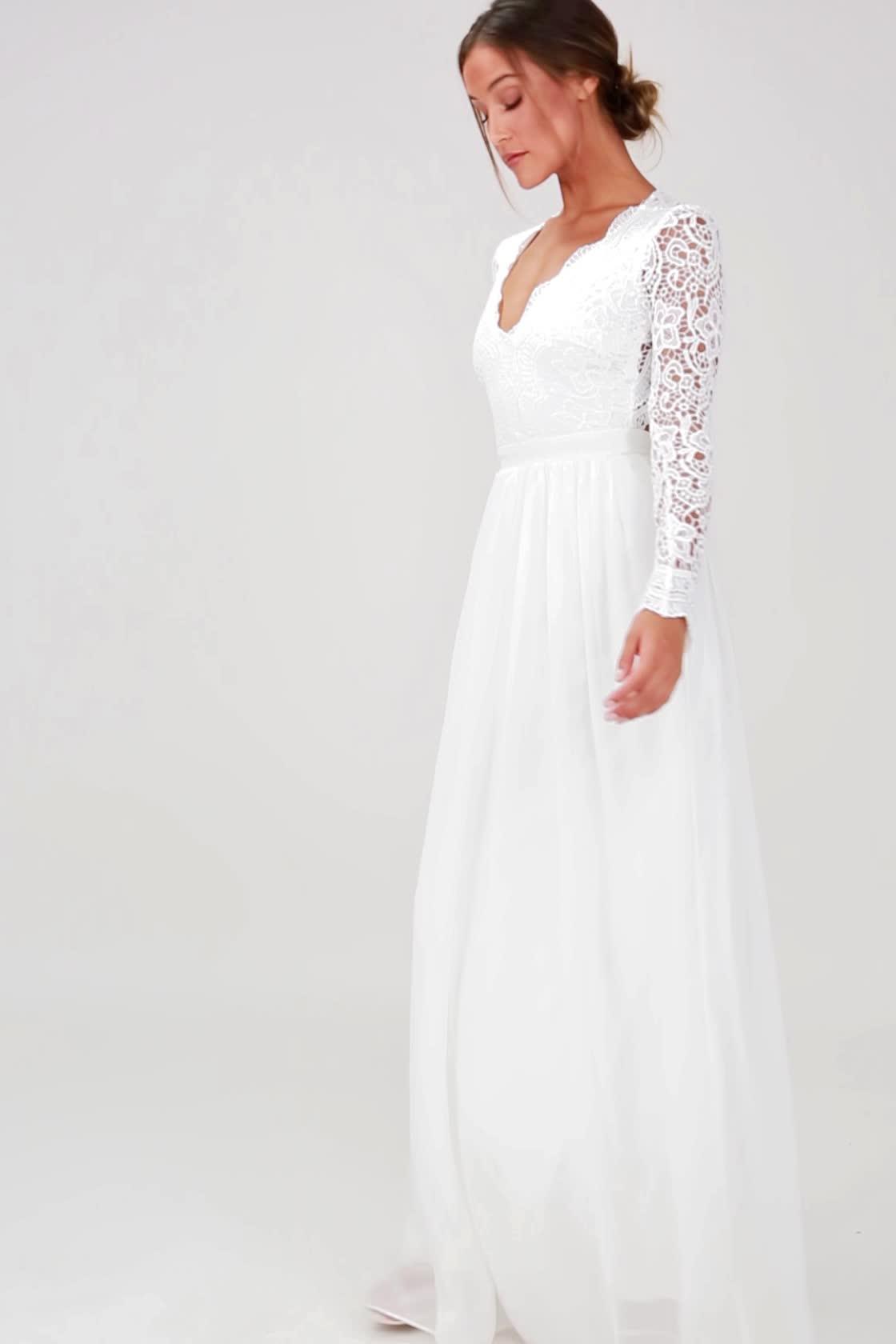 فستان زفاف أكمام تتميز بنقوش مختلفة