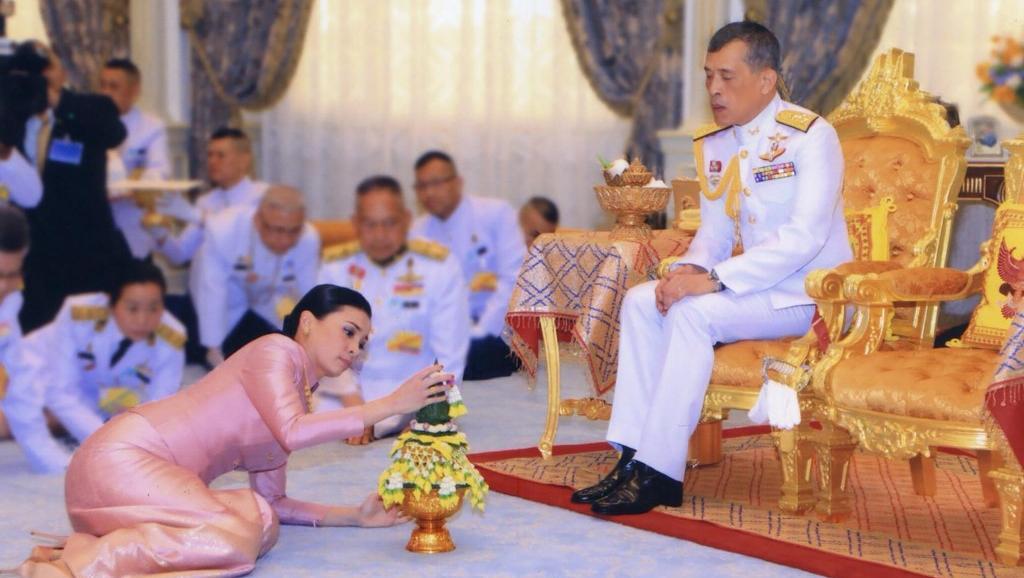 ملك تايلند يتزوج حارسته