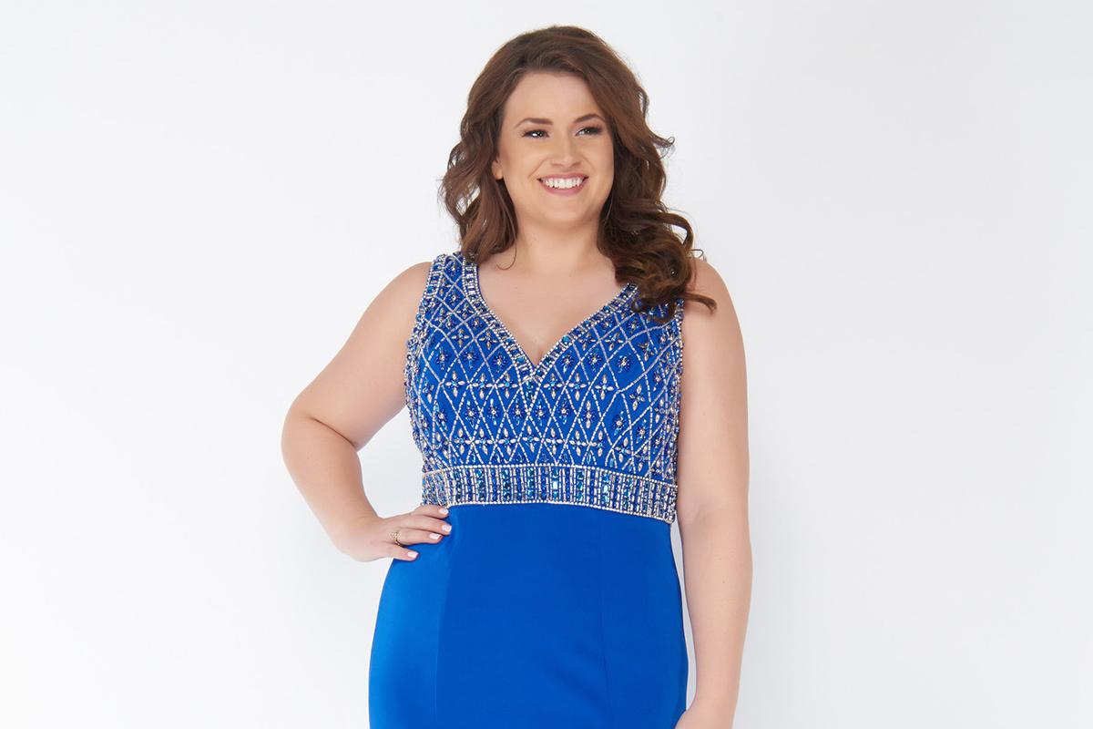 فستان أزرق مزين بالنقوش