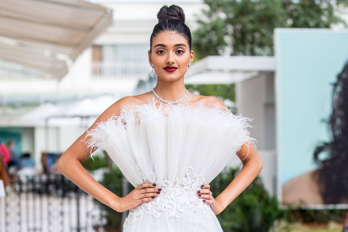 فستان أبيض بتصميم مختلف