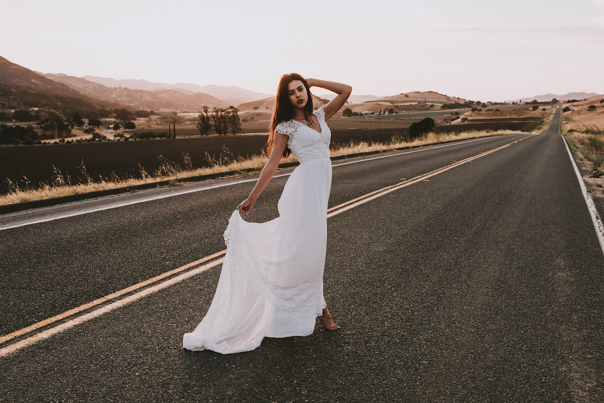 فستان حرير أبيض دون أكمام