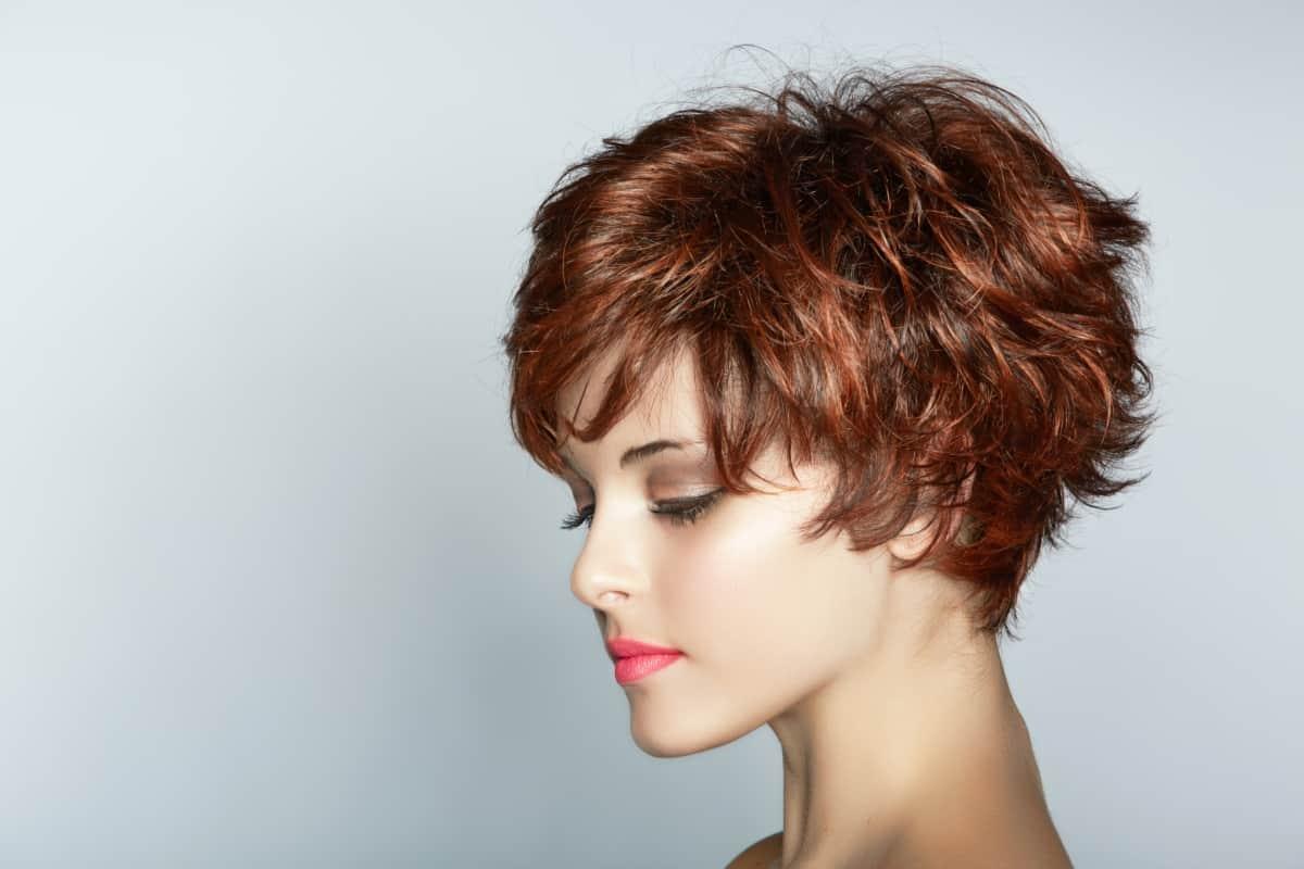 شعر أحمر قصير
