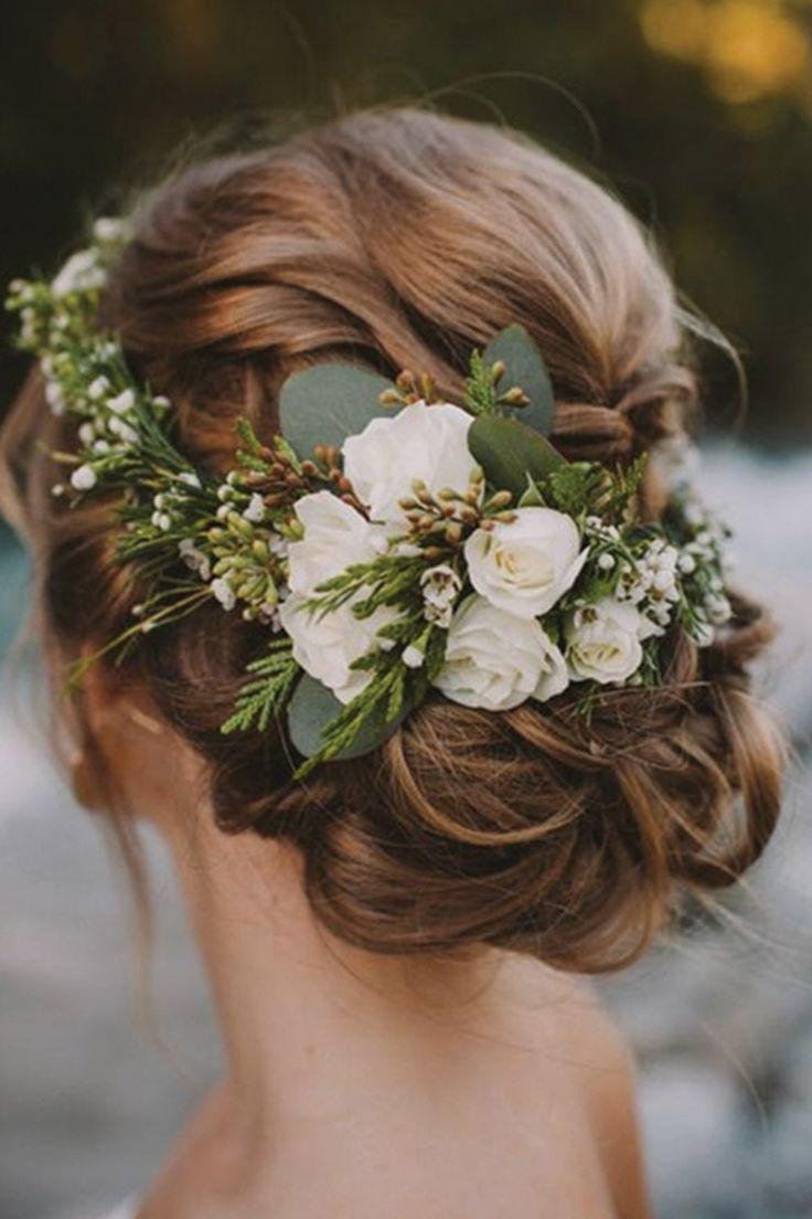 عروس تزين شعرها بالورود