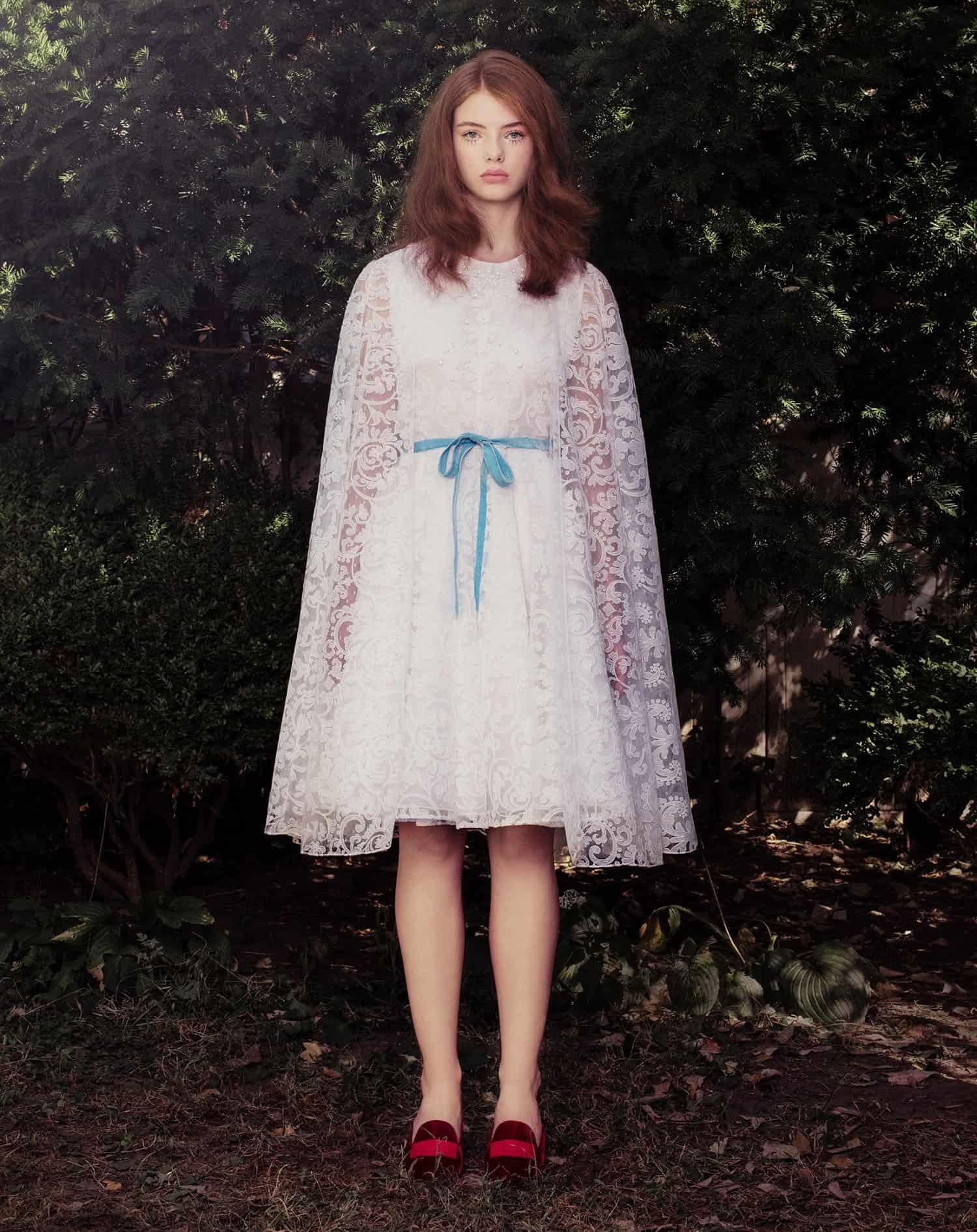 """فستان زفاف مطرز بالسواروفسكي بسترة من تصميم """"هونور"""""""
