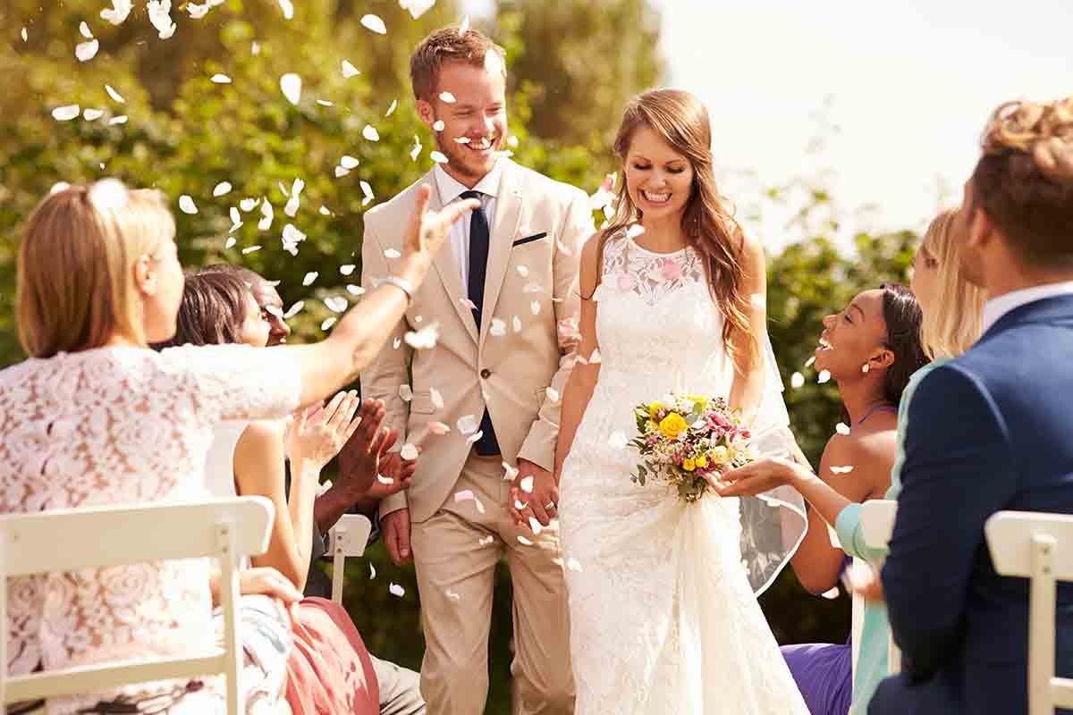 نصائح للعروس قبل الزواج بشهرين : تجربة فستان الزفاف
