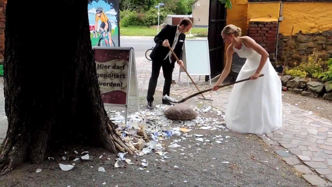 عادات زواج غريبة كسر الخزف لجلب الحظ
