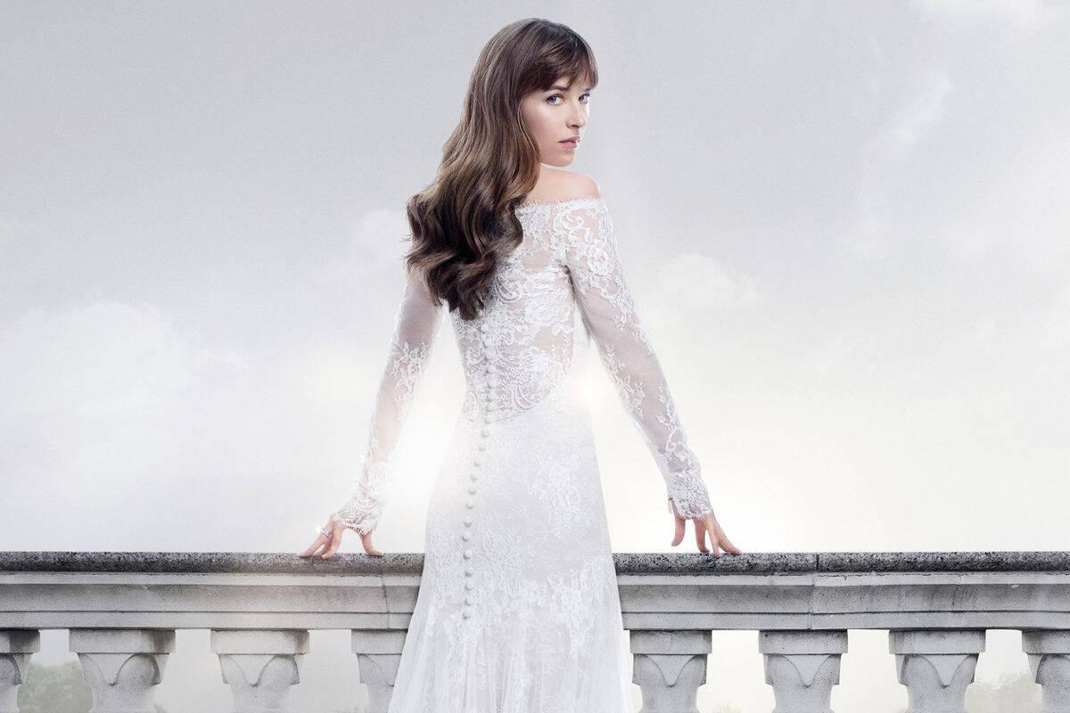 فستان عروس ابيضبين الدانتيل والحرير