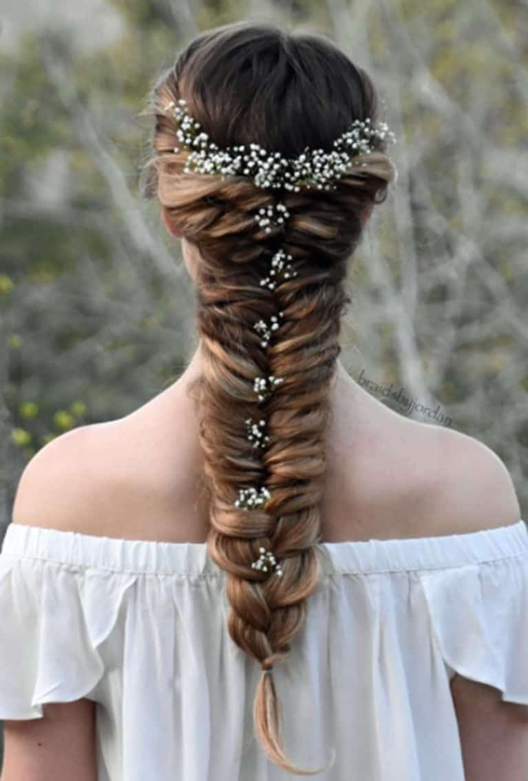تسريحة شعر على شكل ذيل سمكة مزينة بالزهور