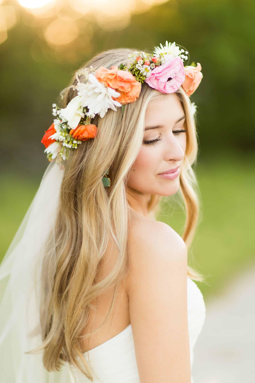 تسريحة شعر منسدلة مزينة بتاج من الزهور
