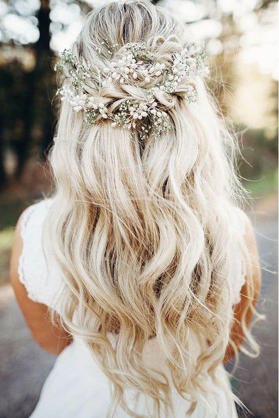 - تسريحة شعر نصف مرفوعة مزينة بالضفائر