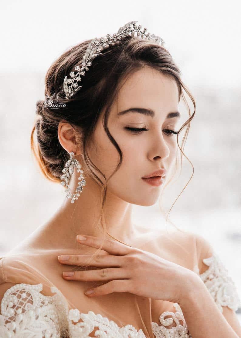 تسريحات شعر عروس بالصور: تسريحة شعر نصف مرفوعة مزينة بتاج