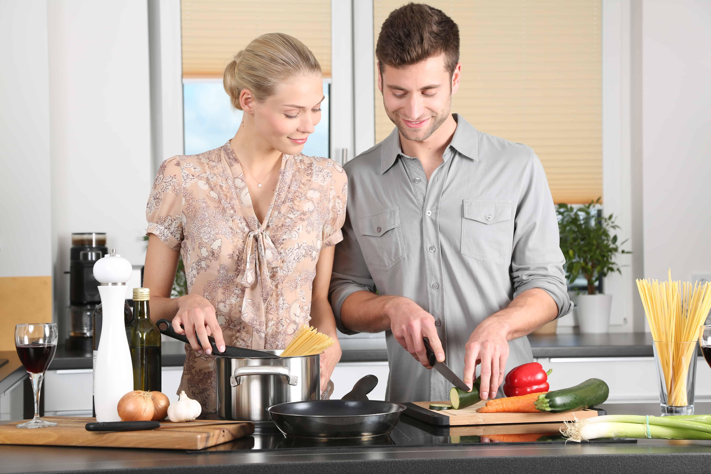زوجان في المطبخ