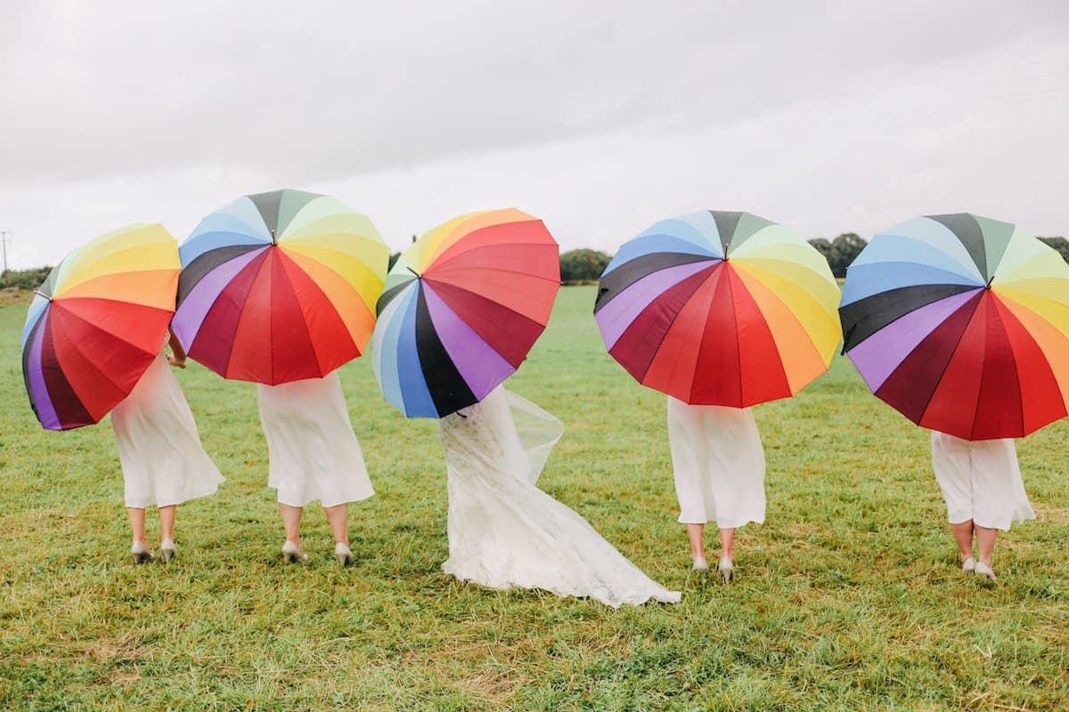 مظلة شمسية بألوان قوس قزح