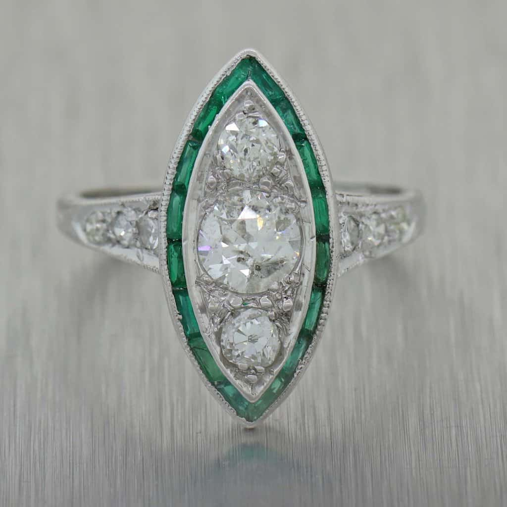 خاتم عتيق من 1920 بتصميم آرت ديكو مزين بالزمرد والماس بشكل ماركيز.