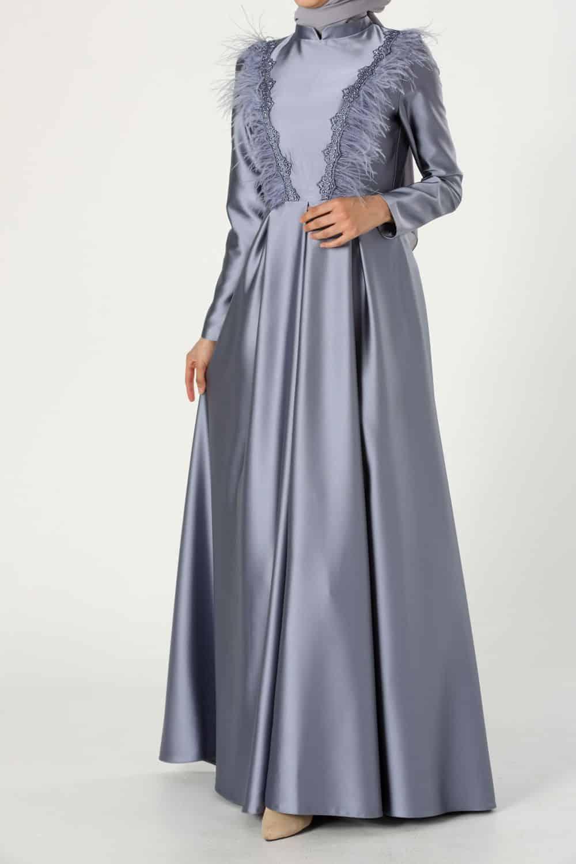 فستان مترف مزين بالريش