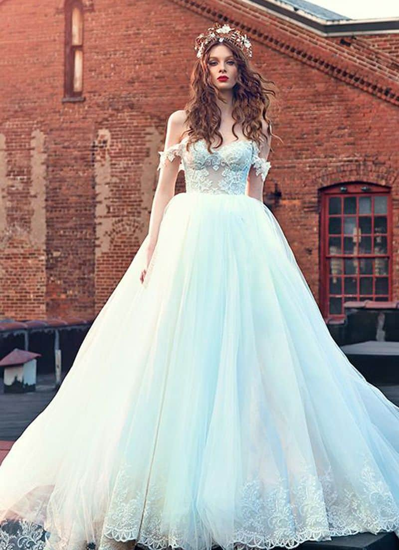 أجمل فساتين ملكة : فستان زفاف أبيض مكشوف الكتفين