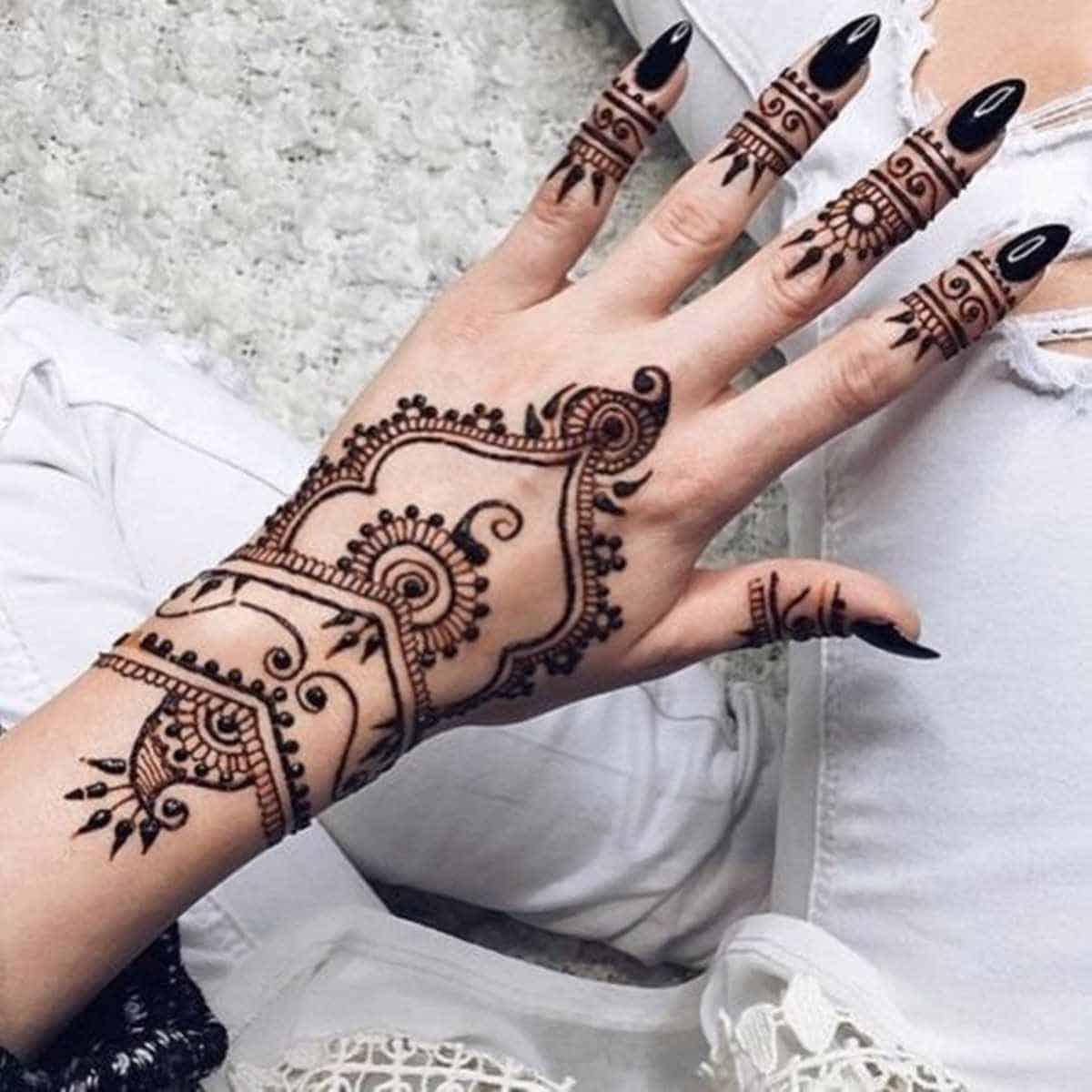 نقوش حناء هندية تناسب شكل اليدين