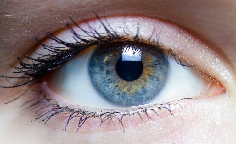 عدسات عيون ملونة