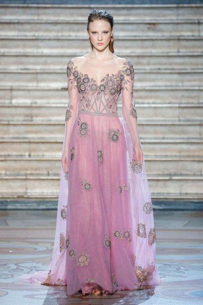 فستان خطوبة باللون الوردي