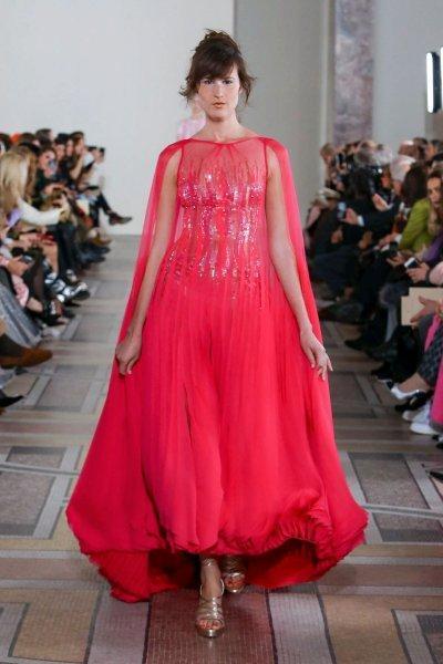 فستان خطوبة باللون الأحمر المميز