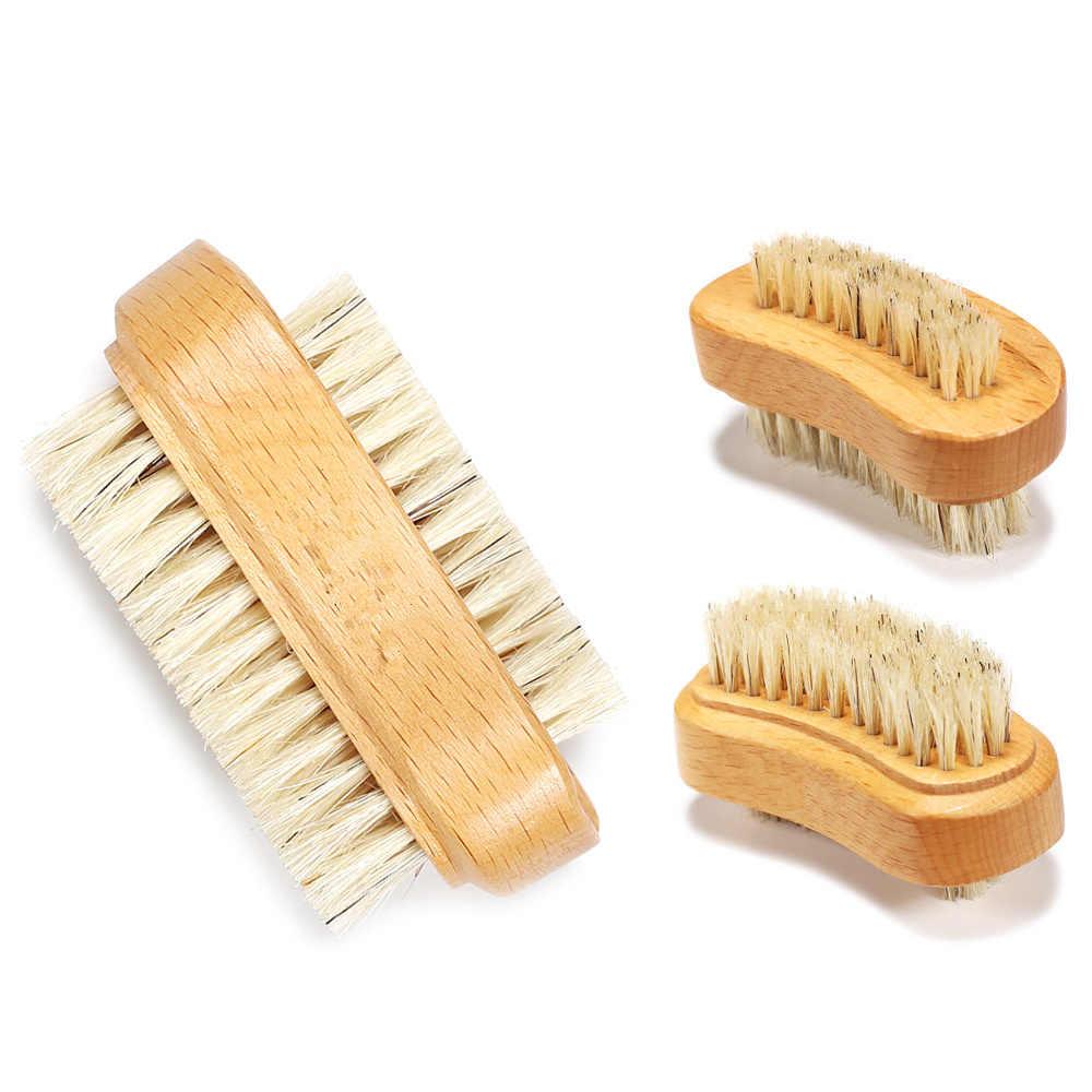 استعمال فرشاة الأظافر لإزالة اصفرار الأظافر