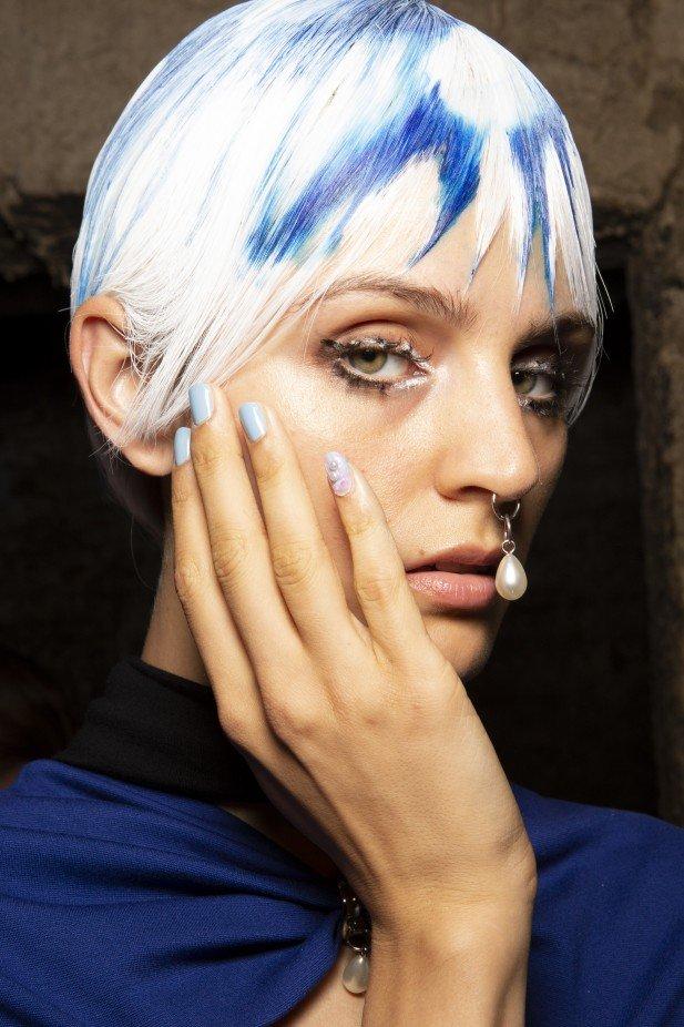 اعتماد طلاء أظافر باللون الأزرق