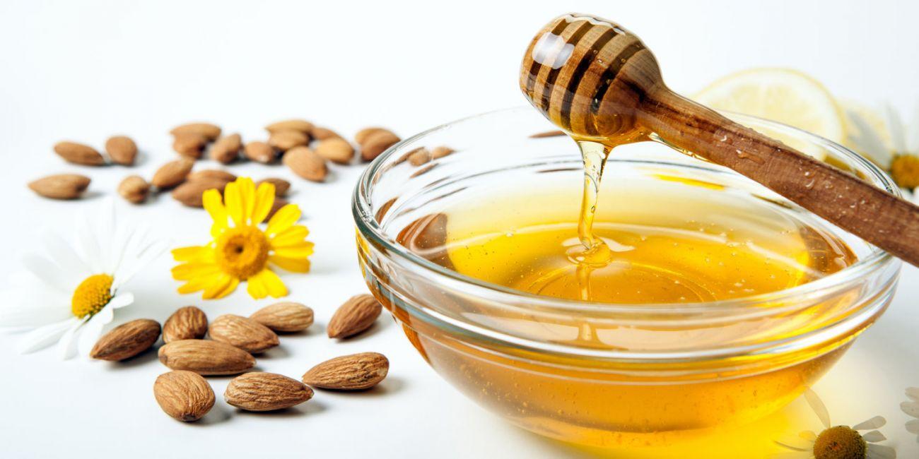 وصفة العسل مع زيت اللوز الحلو لتبييض البشرة الجافة