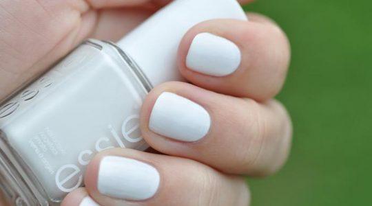 أجمل ألوان المناكير بدرجات الأبيض لهذا الموسم